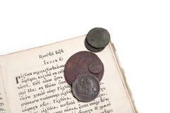Livro velho e moedas Fotografia de Stock Royalty Free
