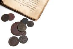 Livro velho e moedas Fotos de Stock Royalty Free