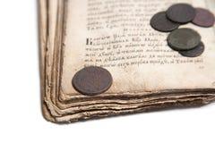 Livro velho e moedas Imagens de Stock Royalty Free