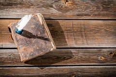 Livro velho e uma pena de fonte com tinta Fotografia de Stock Royalty Free