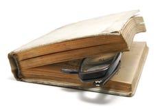 Livro velho e vidros fotografia de stock