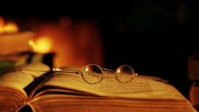 Livro velho e vidros na frente da chaminé filme
