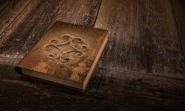 Livro velho em uma tabela de madeira Imagem de Stock