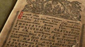 Livro velho eslavo antigo da Idade Média video estoque