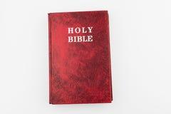 Livro vermelho da Bíblia Sagrada, fundo isolado Imagem de Stock