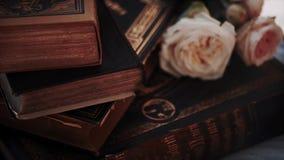 Livros antigos em uma estante filme