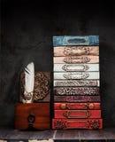 Livros antigos, manuscritos com selo da cera em uma prateleira fotografia de stock royalty free