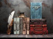 Livros antigos, manuscritos e tinteiro antigo fotografia de stock royalty free