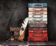 Livros antigos, manuscritos e um tinteiro antigo foto de stock