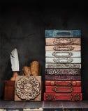 Livros antigos, manuscritos e um tinteiro e uma decoração antigos do estuque do emplastro da gipsita fotos de stock royalty free