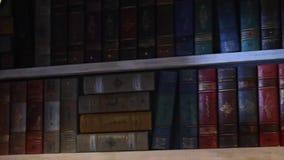 Livros antigos no movimento da estante filme