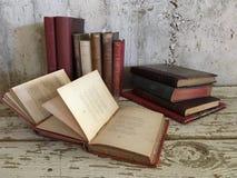 Livros antigos velhos do vintage fotografia de stock