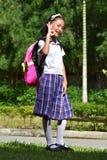 Livros aprovados de Filipina Person Wearing Uniform With da preparação foto de stock