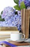 Livros brancos do copo do café foto de stock