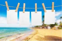 Livros Brancos vazios que penduram na corda na praia foto de stock