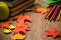 Livros caderno, lápis, Apple e folhas de outono na tabela Imagens de Stock Royalty Free