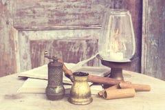 Livros, canela, castiçal e turco Fotos de Stock Royalty Free