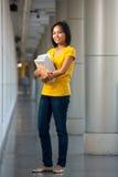 Livros cheios do retrato do comprimento do estudante universitário fotografia de stock royalty free