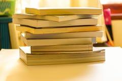 Livros colocados em uma mesa Fotografia de Stock