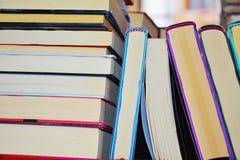 Livros coloridos na prateleira imagem de stock royalty free