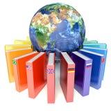 Livros com as bandeiras dos países da terra Ensino eletrónico Fotos de Stock Royalty Free