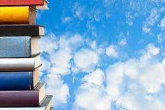 Livros com céu azul fotografia de stock royalty free