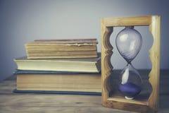 Livros com Hourglass fotografia de stock