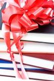 Livros com uma fita e uma curva Fotografia de Stock