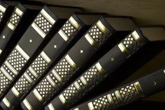 Livros da educação em uma biblioteca Fotos de Stock