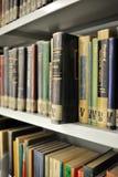 Livros da física na biblioteca confidencial Imagens de Stock Royalty Free
