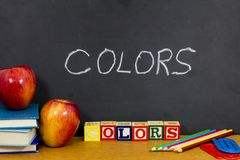 Livros de blocos vermelhos do ABC do lápis da maçã das maçãs das cores fotografia de stock royalty free