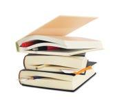 Livros de capa dura com marcador Fotos de Stock Royalty Free