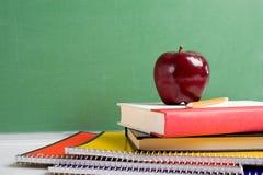 Livros de escola e um Apple Foto de Stock Royalty Free