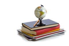 Livros de escola e um globo Imagens de Stock Royalty Free