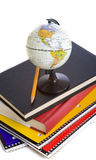 Livros de escola e um globo diminuto Imagem de Stock