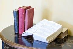 Livros de lei velhos na tabela Imagens de Stock Royalty Free