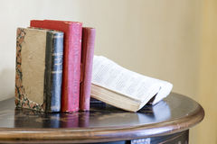 Livros de lei velhos na tabela Imagem de Stock Royalty Free