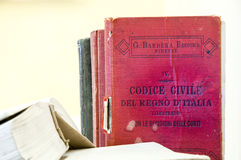 Livros de lei velhos na tabela Fotografia de Stock Royalty Free