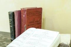 Livros de lei velhos na tabela Fotos de Stock Royalty Free