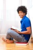 Livros de leitura afro-americanos novos do estudante - povos africanos Fotografia de Stock