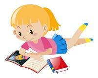 Livros de leitura da menina apenas Fotografia de Stock