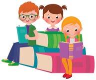 Livros de leitura das crianças Fotos de Stock Royalty Free
