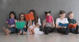 Livros de leitura dos meninos e das meninas vídeos de arquivo