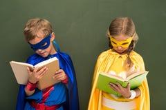 Livros de leitura dos super-herói Foto de Stock Royalty Free