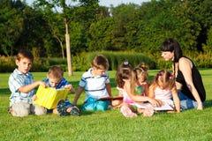 Livros de leitura elementares dos estudantes Fotos de Stock Royalty Free