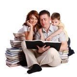 Livros de leitura felizes da família foto de stock
