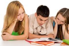 Livros de leitura novos dos estudantes Imagens de Stock
