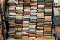 Livros de prateleiras velhas das épocas para a venda ilustração stock