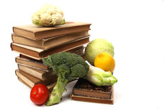 Livros de receitas velhos com diversos vegetais Imagem de Stock
