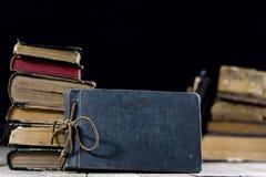 Livros destruídos velhos em uma tabela de madeira Biblioteca da sala de leitura com foto de stock